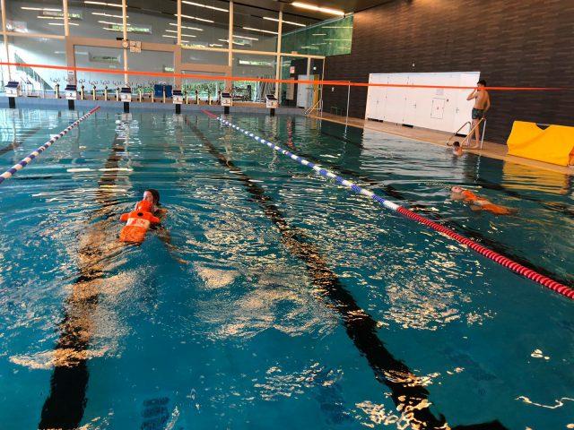 Reddend zwemmen training toezichthouders
